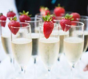 94215100_champagnerglaeser-mit-erdbeeren